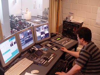 Maunula, dans la banlieue d'Helsinki, est une paroisse bien réelle. Mais chacun de ses cultes dominicaux fait l'objet d'un enregistrement vidéo professionnel, disponible ensuite sur Internet, à l'adresse www.kotikirkko.com. (Photo: © ECIC 2003)
