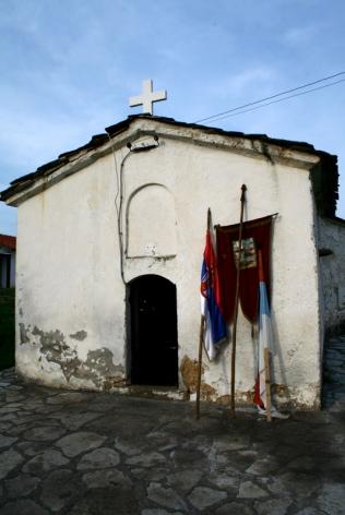 Drapeaux serbes devant une église lors de la fête de Pâques (copyright photo: Laurent Geslin).