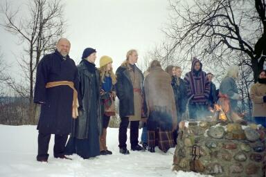 Le 10 avril 2003, sur une colline enneigée de Vilnius, Jonas Trinkunas et de jeunes membres de Romuva attendent le début de la cérémonie.