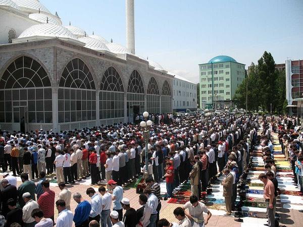 Prière du Vendredi dans une mosquée de Bichkek - © 2016 Ourmat Jounouchov.
