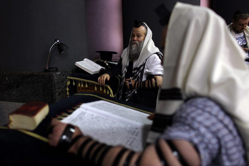 Le Rabin Shmuel Kaminetzky assiste à une prière matinale, dans le synagogue Golden Rose, à Dnipro, en Ukraine, le 8 septembre 2016 (© 2016 Rafael Yagobzadeh).