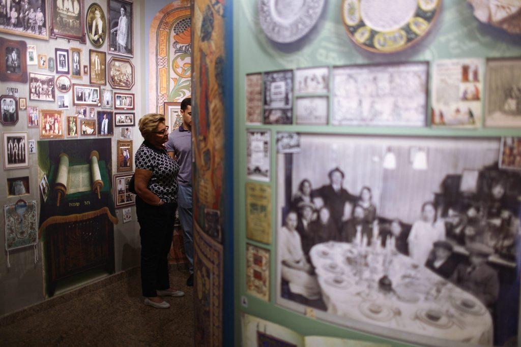 Des visiteurs assistent à une visite guidée, dans le musée de l'histoire juive du centre Menorah, à Dnipro, le 8 septembre 2016 (© 2016 Rafael Yagobzadeh).