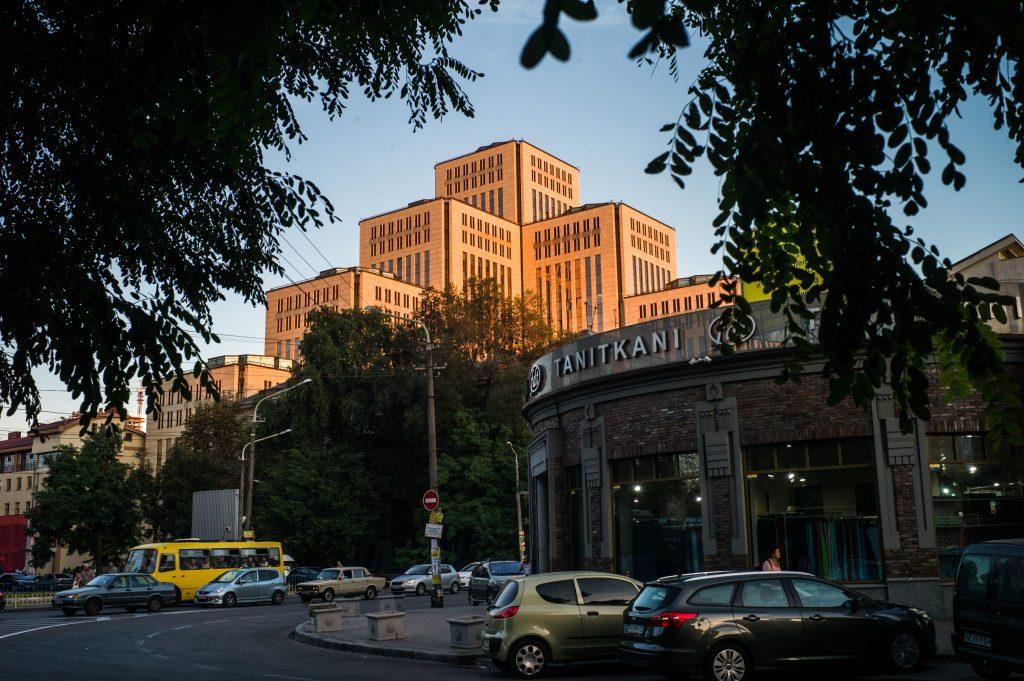 """Vue du """"Center Menorah"""", dans le centre ville de Dnipro, en Ukraine, le 7 septembre 2016. Le centre Menorah a ouvert en 2002, il comprend une luxueuse salle de réception, une synagogue dotée d'un intérieur en marbre noir, un grand musée de l'Holocauste, des restaurants casher et des boutiques (© 2016 Rafael Yagobzadeh)."""